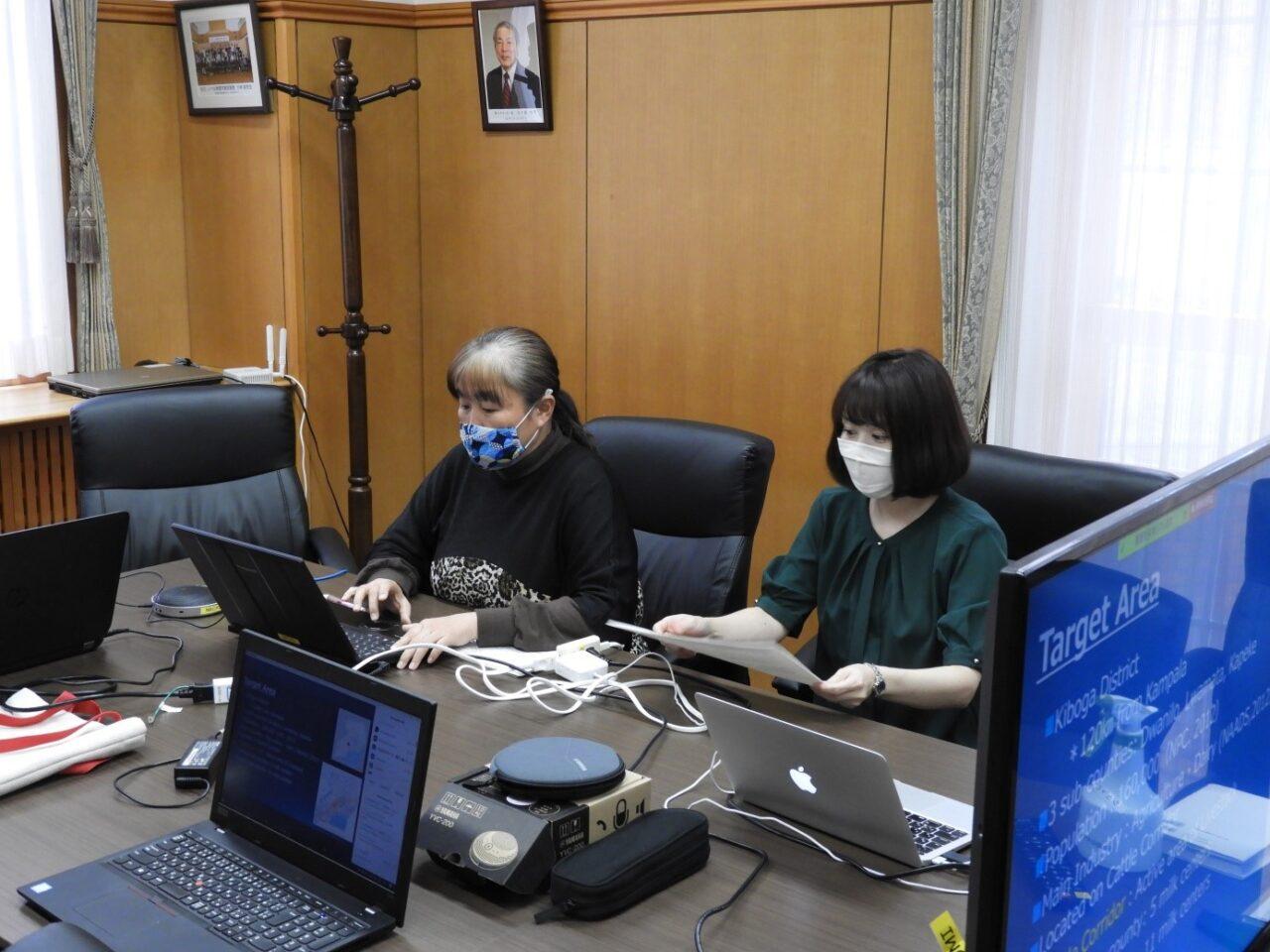 発表時の様子(左:大木奈美先生、右:白藤助教)/Presentation by Dr. Nabi Oki (Right: Dr. Rika Umemiya-Shirafuji)