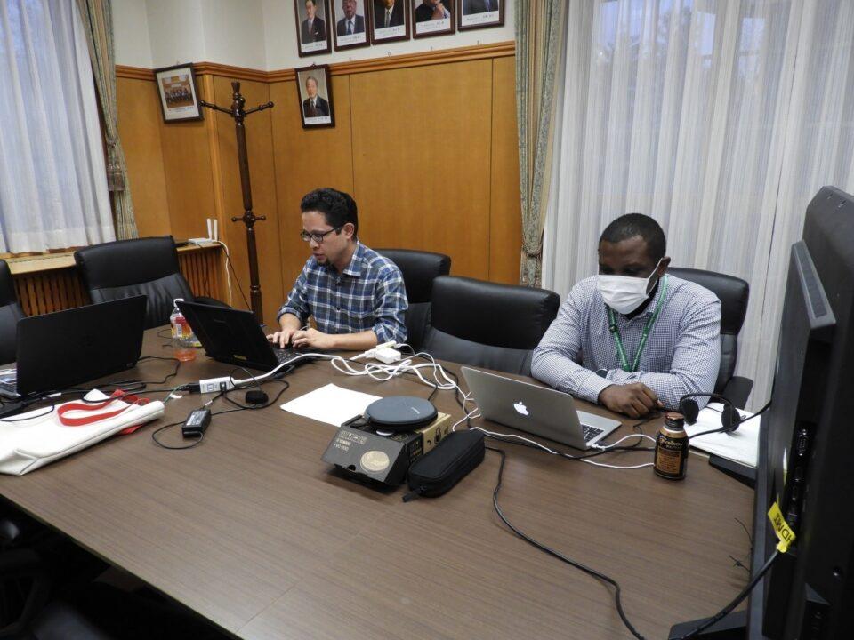 発表時の様子(左:Dr. Hassan Hakimi、右:Dr. Alex S.K. Gaithuma)/Presentation by Dr. Hassan Hakimi (Right: Dr. Alex S.K. Gaithuma)
