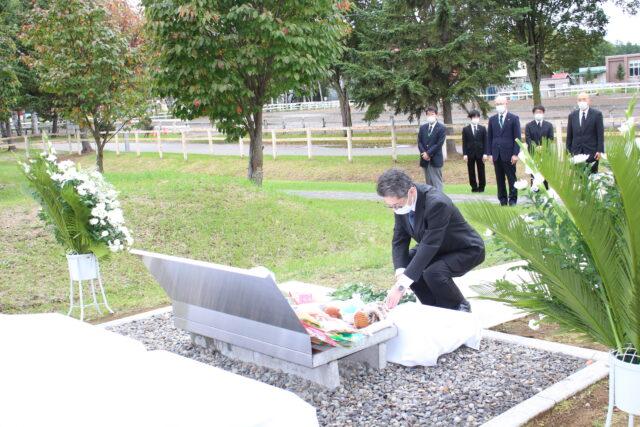 献花を行う栁川久副学長
