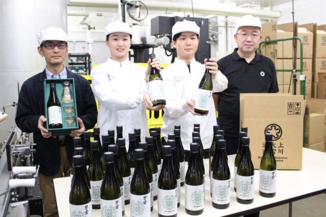 完成した本学オリジナル日本酒を手にする菅原雅之准教授、高山さん、坂井さんと川端総杜氏